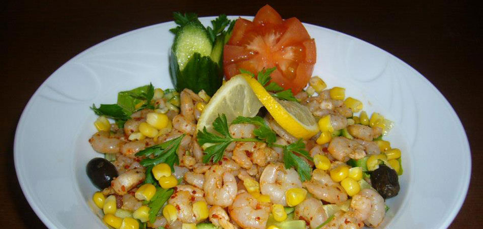 Shrimp salad with sweetcorn and fresh vegetables
